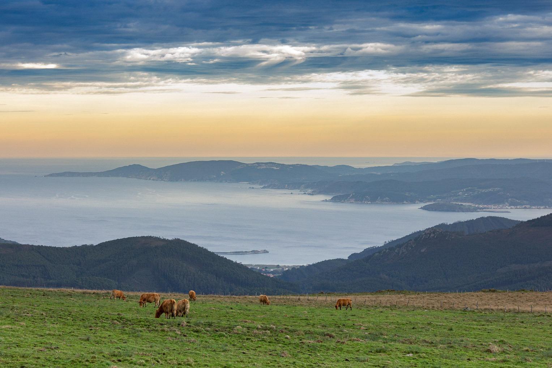 Desdembocadura da Ría de Ortigueira vista desde o Limo con Loiba ao fondo