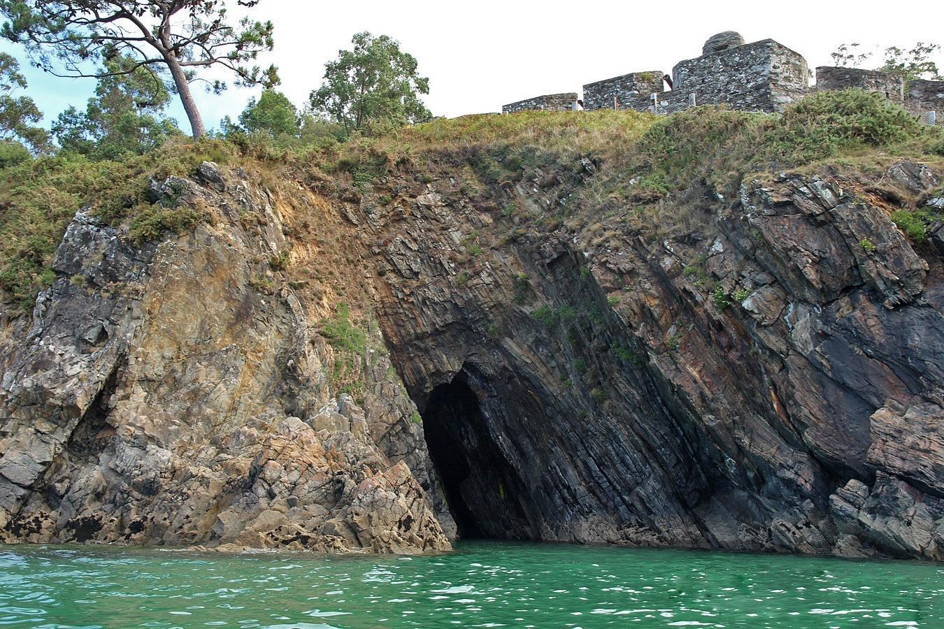 Pregamentos e cova ao pé do Castelo da Concepción
